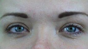 Gebarsten ooghaarvaten van optische lenzen stock videobeelden