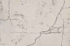 Gebarsten oude muur met schil witte verf en vuil royalty-vrije stock fotografie