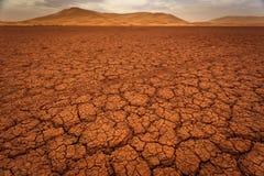 Gebarsten patroon van droge van het meerbed en zand duinen Stock Fotografie