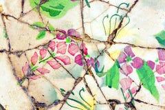 Gebarsten porselein met bloemenontwerp Stock Foto's