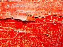 Gebarsten rode olieverf op een houten raad royalty-vrije stock foto's