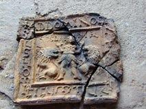 Gebarsten Roman teken stock foto