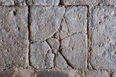 Gebarsten steenblokken, antiquiteit betegelde steenvloer/muur met crac royalty-vrije stock afbeelding