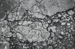 Gebarsten textuur van kleine grintsteen in een vloer van het concrete plakcement dicht omhoog stock foto's
