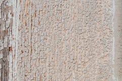 Gebarsten verf op een houten muur Muur van houten planken met verfsporen Stock Foto's
