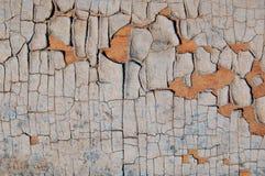 Gebarsten verf op een houten muur Muur van houten planken met verfsporen Stock Fotografie