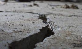 Gebarsten weg concrete dichte omhooggaand Stock Afbeeldingen