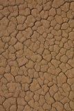 Gebarsten woestijntextuur als achtergrond Stock Foto's