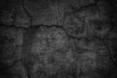 Gebarsten zwarte concrete muur, de sombere achtergrond van de cementtextuur Stock Afbeeldingen