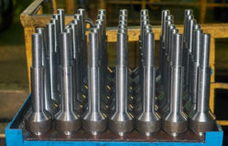 Gebeëindigde metaalschachten met ingepast met CNC tribune op metaallijst Stock Foto
