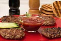 Gebeëindigde stukken van vlees op de lijst alvorens te sorteren Stock Foto