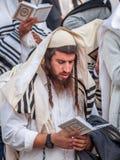 Gebed Hasidspelgrims in traditionele kleren Rosh-Ha-Shana festival, Joods Nieuwjaar stock foto's
