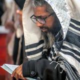 Gebed Hasidspelgrims in traditionele kleren Rosh-Ha-Shana festival, Joods Nieuwjaar stock foto