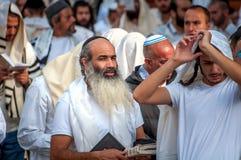 Gebed Hasidspelgrims in traditionele kleren Rosh-Ha-Shana festival, Joods Nieuwjaar stock afbeeldingen