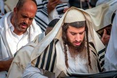 Gebed Hasidspelgrims in traditionele kleren Rosh-Ha-Shana festival, Joods Nieuwjaar stock fotografie