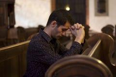 Gebed in kerk stock fotografie
