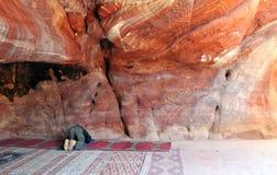 Gebed in Petra royalty-vrije stock afbeeldingen