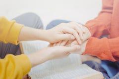 Gebed samen op heilige bijbel stock fotografie