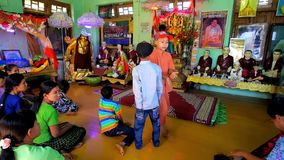 Gebed in Tempel op Popa Mount, Myanmar stock video