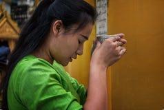 Gebeden bij Shwedagon-Pagode Stock Fotografie