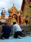 Gebeden in de Tempel van Doi Sutep Royalty-vrije Stock Foto's