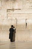 Gebeden dichtbij de muur van Jeruzalem Stock Fotografie