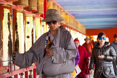 Gebeden die gebedwiel in de universiteit van Sertar wervelen buddhish Stock Foto's