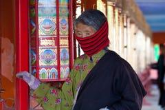 Gebeden die gebedwiel in de universiteit van Sertar wervelen buddhish Royalty-vrije Stock Foto