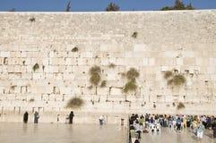 Gebeden en toeristen dichtbij de muur van Jeruzalem Royalty-vrije Stock Foto's