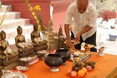 Gebeden in Wat Phnom, Phnom Penh, Kambodja royalty-vrije stock afbeeldingen