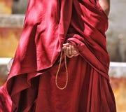 Gebedparels in de hand van de monnik stock foto's