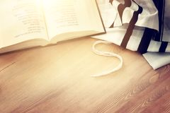 Gebedsjaal - het boek Joodse godsdienstige symbolen van Tallit en van het Gebed Mede vakantie, Shabbat en Yom van het Rosh hashan stock afbeelding