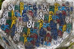 Gebedstenen als vorm van gebed in Tibetaans Boeddhisme, op heuvel in de bergen van Himalayagebergte Mcleod Ganj, Dharamsala, Indi royalty-vrije stock afbeelding