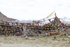 Gebedvlaggen bij de bergpas in Ladakh, India stock fotografie