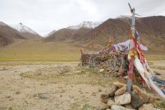 Gebedvlaggen bij de bergpas in Ladakh, India stock foto's