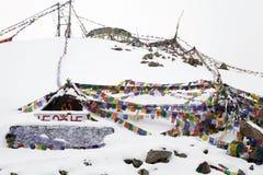 Gebedvlaggen bij de Khardung-pas van La, Ladakh, India stock afbeelding