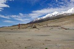 Gebedvlaggen bij het Tso Moriri Meer in Ladakh, India stock afbeeldingen