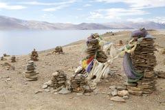 Gebedvlaggen bij het Tso Moriri Meer in Ladakh, India stock afbeelding