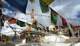 Gebedvlaggen met stupas - Kunzum-de pas van La - India stock afbeeldingen