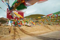 Gebedvlaggen op een bergpas in Tibet Stock Afbeeldingen