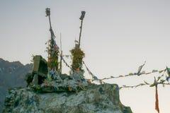 Gebedvlaggen opgezet op oude pijlers Stock Foto