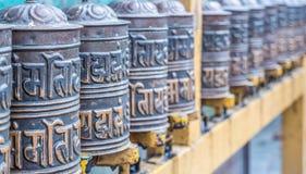Gebedwielen in de boeddhistische tempel stock foto's