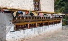 Gebedwielen en betalersvlaggen - Bhutan stock fotografie