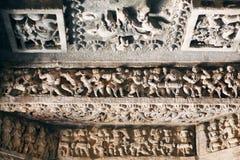 Gebeeldhouwde achtergrond van historisch plafond van Indische steentempel Hoysaleswara De tempel werd gebouwd in 1150 in India Stock Foto