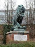 Gebeeldhouwde groep een leeuw met zijn poten die een adelaar op baksteenstenen rand onderdrukken royalty-vrije stock foto