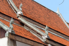 Gebeeldhouwde nagas verfraaien het dak van Wat Tra Phang Thong in Sukhothai (Thailand) Stock Fotografie