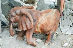 Gebeeldhouwde vertegenwoordiging van een houten olifant Stock Afbeeldingen