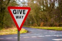 Geben britisches Verkehrsschild mit unscharfem Hintergrund nach Stockbild