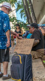 Geben dem Obdachlosen Lizenzfreie Stockfotos