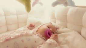 Geben dem unnötig geschäftigen Baby im Feldbett des Friedensstifters stock footage